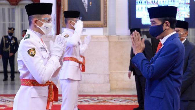 Presiden Joko Widodo memberi ucapan selamat kepada anggota Pasukan Pengibar Bendera Pusaka (Paskibraka) usai upacara pengukuhan di Istana Negara, Kamis (13/8/2020). Sebanyak 8 anggota Paskibraka akan bertugas pada upacara HUT ke-75 Kemerdekaan RI. (Foto: Lukas - Biro Pers Sekretariat Presiden)
