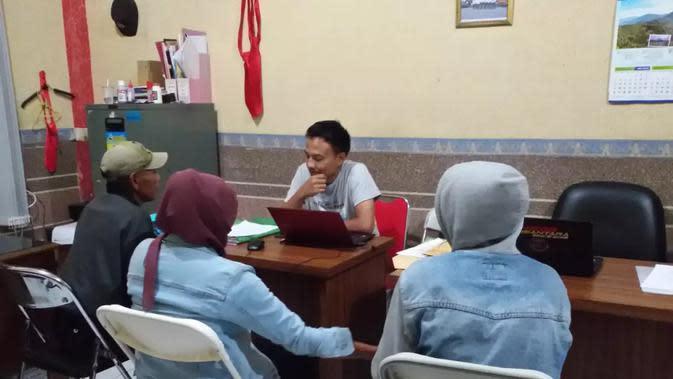 Sepasang suami istri, pelaku adegan pasutri live yang dijual seharga goceng di Tasikmalaya, Jawa Barat, tengah melakukan pemeriksaan (Liputan6.com/Jayadi Supriadin)