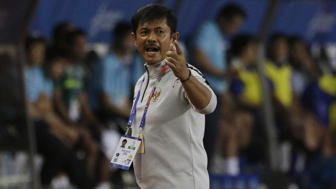 Pelatih Timnas Indonesia U-22, Indra Sjafri, memberikan instruksi saat melawan Thailand U-22 pada laga SEA Games 2019 di Stadion Rizal Memorial, Manila, Selasa (26/11). Indonesia menang 2-0 atas Thailand. (Bola.com/M Iqbal Ichsan)