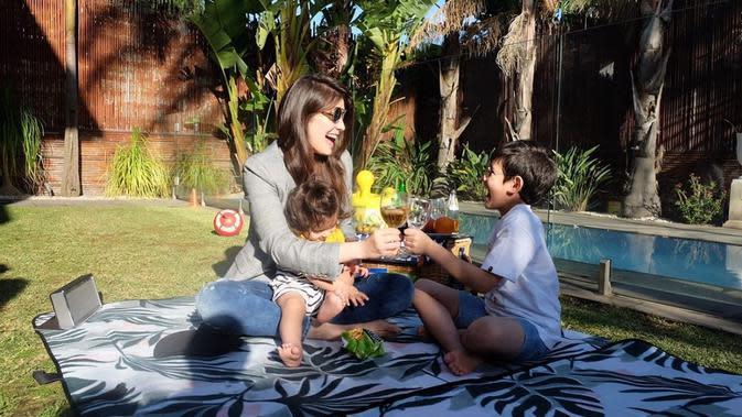 Carissa dan anak sulungnya, Quenzino Acana Naif terlihat bahagia saat bersenda gurau. Mereka terlihat bahagia di tengah wabah yang hadir di berbagai penjuru ini. (Instagram/carissa_puteri)