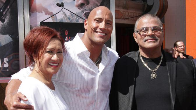 Rocky Johnson Bersama Keluarga. ( Photo Credit: JIM SMEAL/BEI/SHUTTERSTOCK )