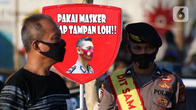 Personel polisi mensosialisasikan Gerakan Ayo Pakai Masker di area pedestrian Stasiun Terpadu Tanah Abang, Jakarta, Kamis (27/8/2020). Guna menekan penyebaran Covid-19, Polda Metro Jaya dan Kodam Jaya terus mengampanyekan pentingnya menaati protokol kesehatan. (Liputan6.com/Helmi Fithriansyah)