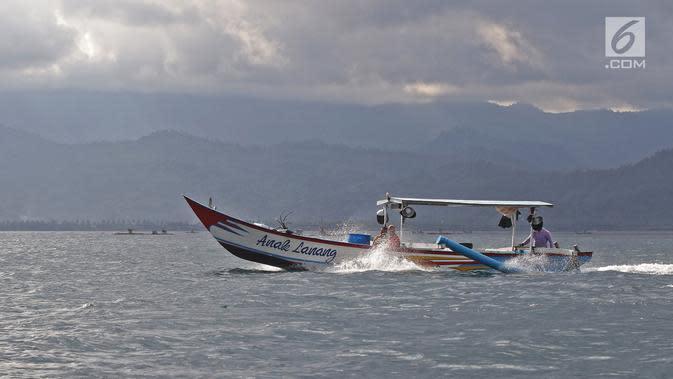 Aktivitas nelayan di Pantai Mutiara di Trenggalek, Jawa Timur, Sabtu (7/9/2019). Pantai Mutiara salah satu tujuan wisata yang sedang dikembangkan kabupaten Trenggalek. (Liputan6.com/Herman Zakharia)