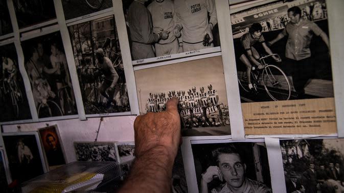 Raffaello Bianco, mekanik dan pecinta sepeda bekerja menunjukkan gambar tim pro tahun 1950-an-60an