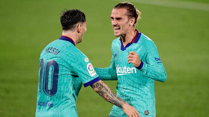 Pemain Barcelona Antoine Griezmann dan Lionel Messi merayakan gol ke gawang Villareal pada laga La Liga di Stadion Estadio de la Ceramica, Minggu (5/7/2020). Barcelona menang 4-1 atas Villareal. (AFP/Jose Jordan)