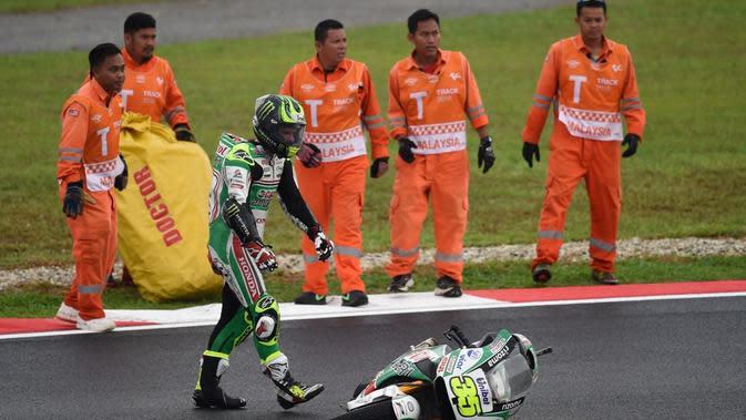 Cal Crutchlow terjatuh saat lintasan dalam kondisi basah karena hujan dalam balapan MotoGP Malaysia di Sirkuit Sepang, Minggu (30/10/2016). (AFPMohd Rasfan)
