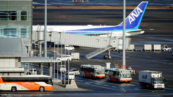 Pesawat charter yang membawa warga Jepang dari Wuhan, China, diparkir setelah mendarat di bandara internasional Haneda di Tokyo, Rabu (29/1/2020). Pesawat sewaan tersebut membawa pulang 206 warga negara Jepang dari Wuhan, pusat wabah virus corona. (AP/Eugene Hoshiko)