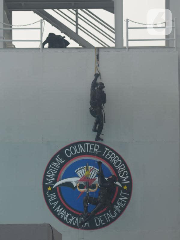 Prajurit Detasemen Jala Mangkara (Denjaka) unjuk kemampuan saat menerima kunjungan kerja Menko Polhukam Mohammad Mahfud MD di Mako Korps Marinir, Cilandak, Jakarta, Rabu (29/7/2020). (merdeka.com/Imam Buhori)