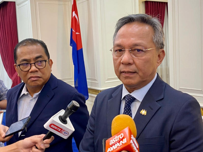 Johor Mentri Besar Datuk Hasni Mohammad (right) today clarified that the state government had taken proper steps to isolate Malaysian workers returning from Singapore. — Picture by Ben Tan