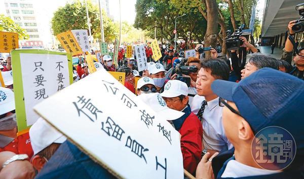 華映因經營不善無預警下市,員工們還被積欠薪資和退休金。