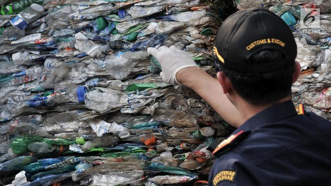 Dirjen Bea Cukai Heru Pambudi menunjukkan kontainer berisi sampah plastik di Tanjung Priok, Jakarta, Rabu (18/9/2019). Bea Cukai bekerja sama dengan KLHK dan kepolisian memulangkan sembilan kontainer berisi 135 ton sampah plastik impor bercampur limbah B3 asal Australia. (merdeka.com/Iqbal Nugroho)