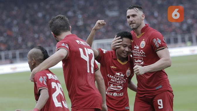 Pemain Persija Jakarta merayakan gol yang dicetak oleh Evan Dimas, ke gawang Borneo FC pada laga Shopee Liga 1 di SUGBK, Jakarta, Minggu, (1/3/2020). Persija menang 3-2 atas Borneo FC. (Bola.com/M Iqbal Ichsan)