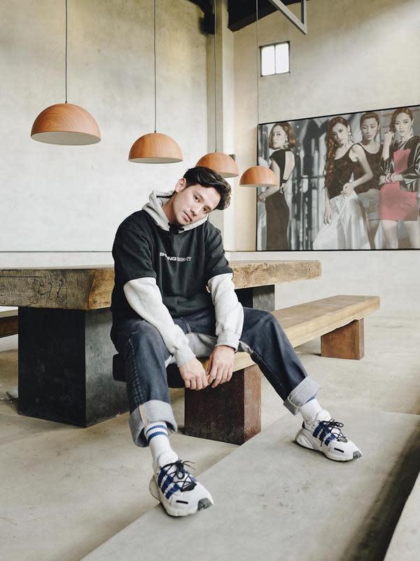 Aktor kelahiran Denpasar, Bali ini juga sering terlihat menggunakan outer. Ia kerap memadukan dengan celana denim dan sneakers yang senada. (Liputan6.com/IG/@tarrabudiman)