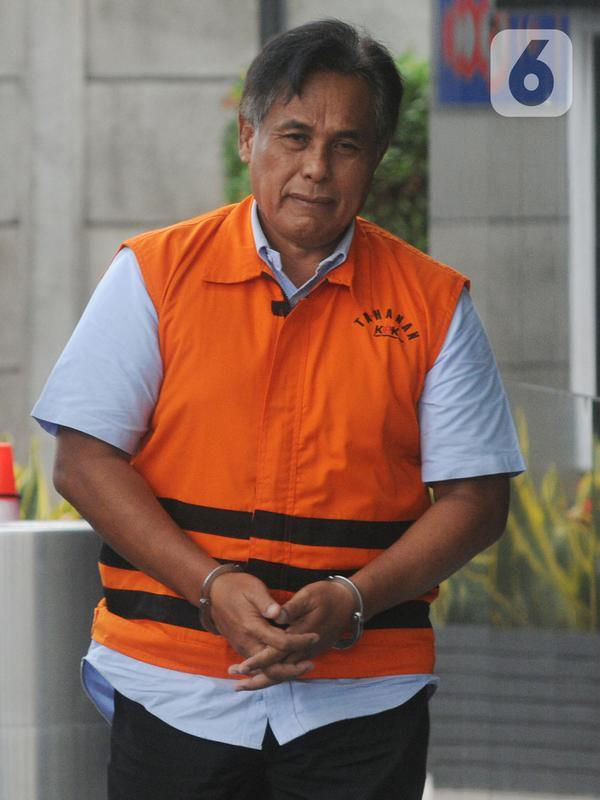 Direktur PT Harlis Tata Tahta, Hartoyo berjalan akan menjalani pemeriksaan lanjutan di Gedung KPK, Jakarta, Selasa (19/11/2019). Hartoyo diperiksa sebagai tersangka untuk melengkapi berkas kasus dugaan suap pengadaan proyek jalan di Provinsi Kalimantan Timur. (merdeka.com/Dwi Narwoko)