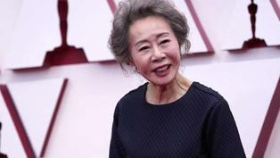 圖輯》南韓「國民奶奶」尹汝貞閃耀全場!2021奧斯卡紅毯完整直擊:比演技也要拚時尚