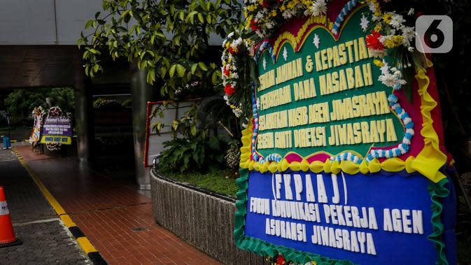 Sejumlah karangan bunga ucapan terima kasih hingga dukungan di Kementerian BUMN, Kamis (16/1/2020). Kantor Menteri BUMN Erick Thohir kembali mendapat kiriman bunga berupa dukungan untuk menyelesaikan masalah PT Asuransi Jiwasraya (Persero). (Liputan6.com/Faizal Fanani)