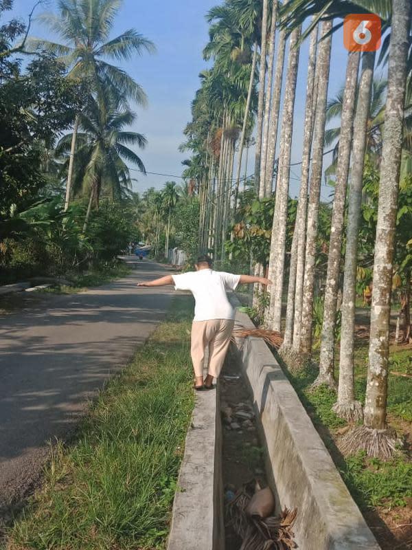 Pelatihan keseimbangan anak down syndrome. Foto: Emsyarfi.