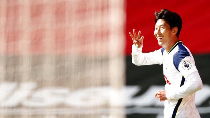 Pemain Tottenham Hotspur Son Heung-min melakukan selebrasi usai mencetak gol ke gawang Southampton pada pertandingan Liga Premier Inggris di Stadion St. Mary, Southampton, Inggris, Minggu (20/9/2020). Tottenham menekuk Southampton 5-2, Son Heung-min menyumbang empat gol. (Andrew Boyers/Pool via AP)