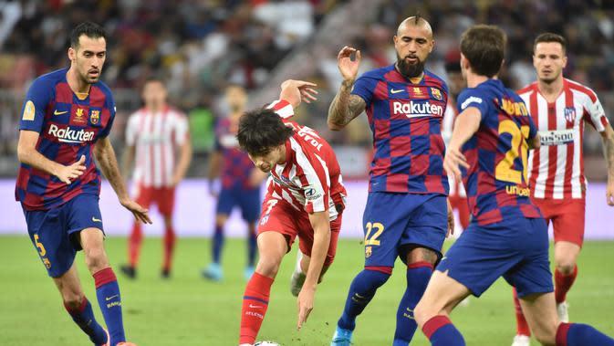 Barcelona mengurung Joao Felix saat melawan Atletico Madrid (Giuseppe CACACE / AFP)