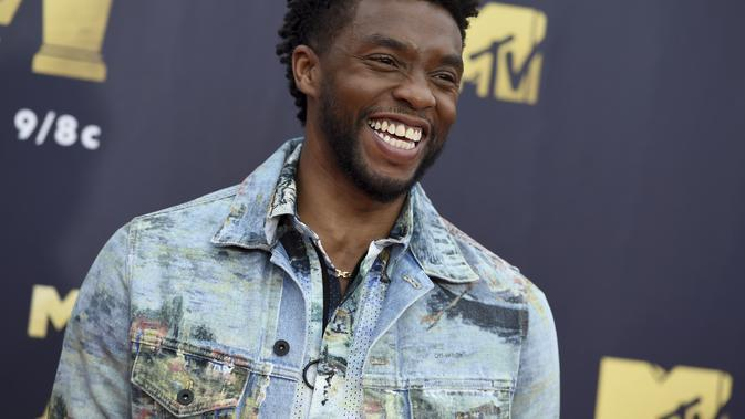 Chadwick Boseman tiba di MTV Movie and TV Awards di Barker Hangar di Santa Monica, California pada 16 Juni 2018. Chadwick Boseman yang selama ini merahasiakan penyakitnya, mengembuskan napas terakhir di rumahnya di Los Angeles. (AP Photo/Jordan Strauss)