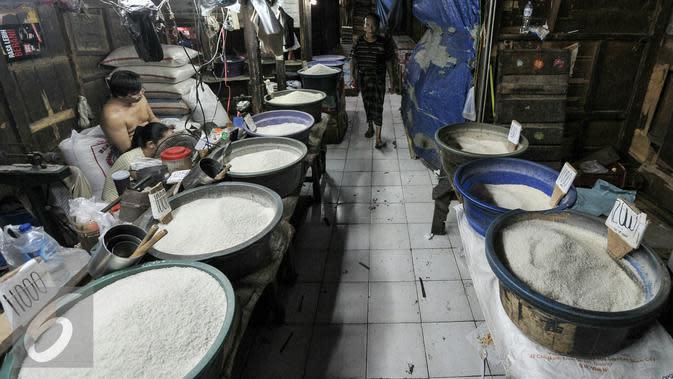 Pedagang beras menunggu pembeli di pasar tradisional Pasar Minggu, Jakarta. (Liputan6.com/Yoppy Renato)
