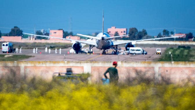 Pesawat Royal Air Maroc yang dilaporkan membawa warga Maroko dari Wuhan tiba di Bandara Benslimane, Maroko, Minggu (2/2/2020). Maroko memulangkan warganya dari Wuhan menyusul wabah virus corona di kota tersebut. (Photo by FADEL SENNA/AFP)