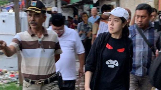 Jadi anggota DPRD, Tina Toon tampak mendatangi warga korban banjir pakai sandal jepit. (Sumber: Instagram/@tinatoon101)