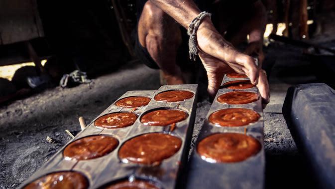 Sejumlah gula aren telah dimasukan ke dalam cetakan berukuran bulat di Baduy Luar Kampung Kadu Jangkung, Kabupaten Lebak, Banten (12/05). Pembuatan gula aren memerlukan waktu sekitar enam jam. (Liputan6.com/Fery Pradolo)