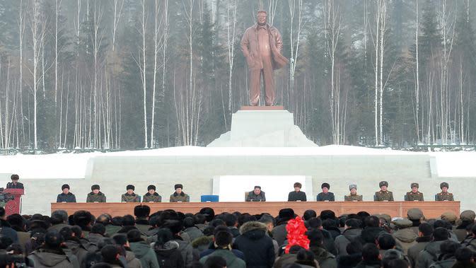 Pemimpin Korea Utara Kim Jong-un (tengah) menghadiri upacara peresmian Kota Samjiyon di Korea Utara, Senin (2/12/2019). Kota Samjiyon dianggap sebagai utopis sosialis. (STR/AFP/KCNA MELALUI KNS)