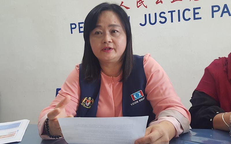 PKR's Voon Shiak Ni says people have been asking her on how they can register to be eligible for the aid and how they will be given the cash handouts. — Picture by Sulok Tawie