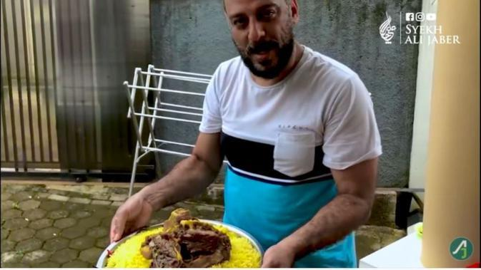 Syekh Ali Jaber masak Nasi Mandi. foto: Youtube 'Syekh Ali Jaber'.