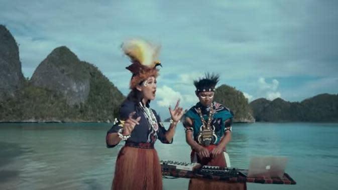 Kapal Api Indonesia menambahkan keterangan bahwa mahkota cendrawasih yang dikenakan seseorang dalam iklan merupakan imitasi (Dok.YouTube/Kapa Api)