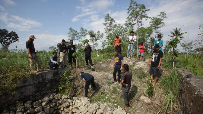 Komunitas Resan menanam pohon beringin untuk menghidupkan kembali mata air yang telah mati. (Foto: Liputan6.com/Hendro Ary Wibowo)