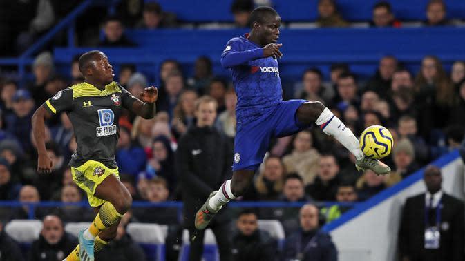 Gelandang Chelsea, N'Golo Kante, mengontrol bola saat melawan Southampton pada laga Premier League 2019 di Stadion Stamford Bridge, Kamis (26/12). Chelsea menyerah 0-2 dari Southampton. (AFP/Adrian Dennis)