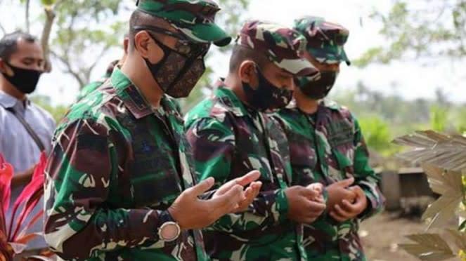 VIVA Militer: Dandim 0703, Letkol TNI Wahyo Yunartoto di makam Serma Darmanto