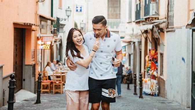 Indra Priawan dan Nikita Willy terlihat mesra ketika mereka jalan-jalan di Sorrento, Italia.