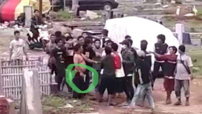 Viral, Video Pria Telanjang Dada Nenteng Senpi di TPU Menteng Pulo