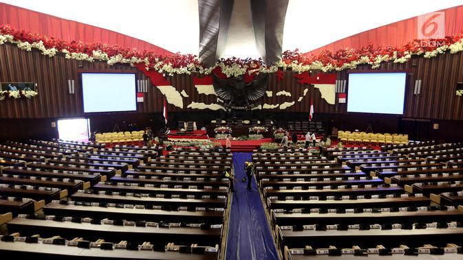 Pekerja mempercantik ruangan rapat Paripurna I dengan hiasan merah dan putih di Gedung Kura-Kura Kompleks Parlemen, Jakarta, Selasa (15/8). Gedung DPR sudah siap menyambut perhelatan dalam rangkaian HUT ke-71 Republik Indonesia. (Liputan6.com/Johan Tallo)