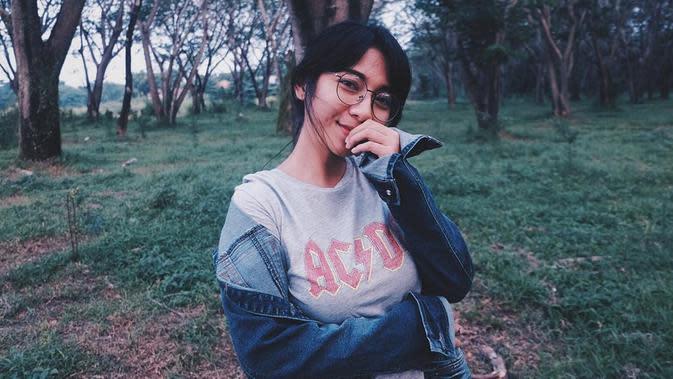 Meski terkesan sederhana dan simpel, gaya kasual Dinda Kirana kerap dijadikan panutan oleh anak-anak muda. Saat berlibur di nuansa alam, wanita kelahiran 30 April 1995 ini memilih mengenakan kaus abu-abu yang dipadukan dengan jaket jeans. (Liputan6.com/IG/@dindakirana.s)