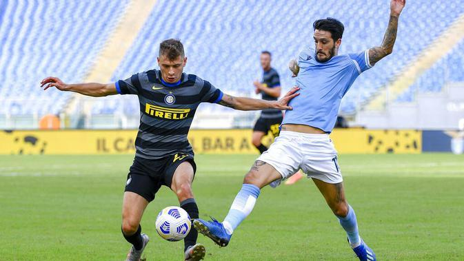 Gelandang Inter Milan, Niccolo Barella, berebut bola dengan pemain Lazio, Luis Alberto, pada laga Liga Italia di Stadion Olimpico, Roma, Minggu (4/10/2020). Kedua tim bermain imbang 1-1. (Fabrizio Corradetti/LaPresse via AP)
