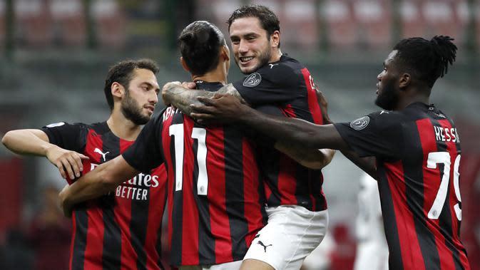 Pemain AC Milan Zlatan Ibrahimovic (kedua kiri) merayakan golnya ke gawang Bologna pada pertandingan Serie A di Stadion San Siro, Milan, Italia, Senin (21/9/2020). AC Milan menaklukkan Bologna 2-0. (AP Photo/Antonio Calanni)