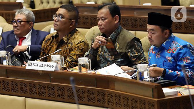 Ketua Bawaslu, Abhan (kedua kanan) mengikuti rapat kerja dengan Komisi II DPR di Kompleks Parlemen Senayan, Jakarta, Selasa (14/1/2020). Rapat tersebut membahas Pilkada Serentak 2020 hingga kasus operasi tangkap tangan (OTT) yang menjerat Komisioner KPU Wahyu Setiawan. (Liputan6.com/Johan Tallo)