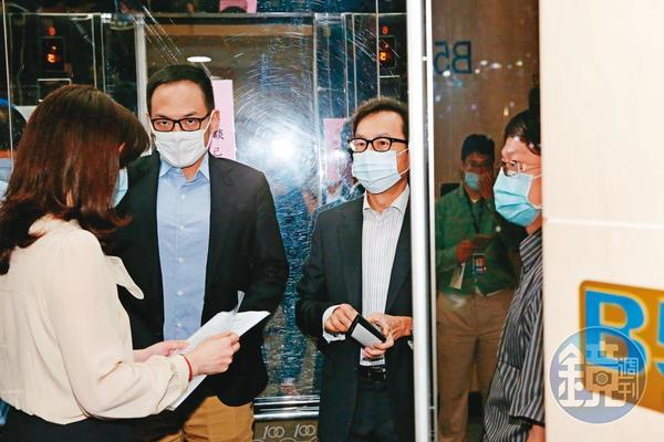 台灣大董總座連袂拜會NCC,董事長蔡明忠(右)會後快閃走人,獨留總經理林之晨(左)祝福泛遠傳日後合作。