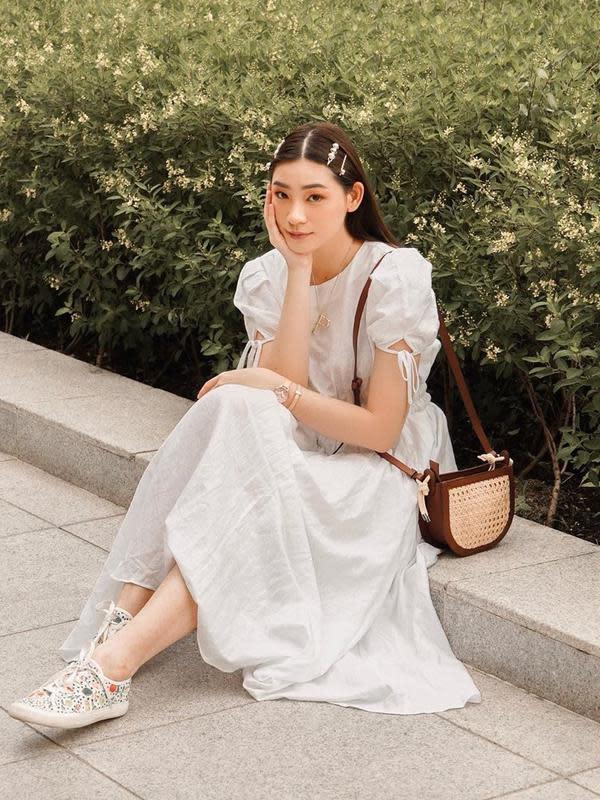 Penyanyi sekaligus model yang berusia 24 tahun ini tampil bak idol korea dengan pakaian serba putih. Rambutnya yang lurus menggunakan jepit rambut membuatnya tampak makin manis. Tas kecil berwarna cokelat melengkapi penampilan manisnya. (Liputan6.com/IG/@pattdevdex)