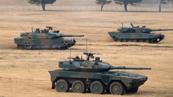 Tank Type 10 (atas kiri), Type 90 (atas kanan), dan Type 16 (bawah) ambil bagian dalam latihan Pasukan Bela Diri Darat Brigade Lintas Udara ke-1 di tempat pelatihan Narashino, Funabashi, Prefektur Chiba, Jepang, 12/1/2020). (Kazuhiro NOGI/AFP)