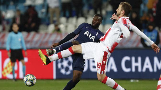 Bek Tottenham Hotspur, Tanguy Ndombele berebut bola dengan Red Star Belgrade, Nemanja Milunovic pada pertandingan Grup B Liga Champions di Rajko Mitic Stadium, Serbia (6/11/2019). Tottenham menang telak 4-0 atas Red Star. (AP Photo/Darko Vojinovic)
