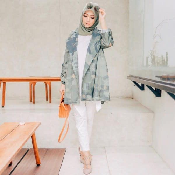 10 Inspirasi Hijab Outfit ala Nuurul Zafitra, Kakak Ipar Dian Pelangi