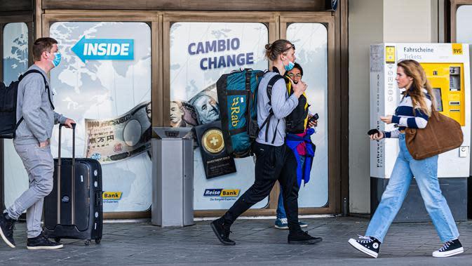 Sejumlah penumpang terlihat di Bandara Tegel di Berlin, ibu kota Jerman (20/5/2020). Bandara Tegel, bandara terbesar di ibu kota Jerman tersebut, diberi izin untuk tutup mulai 15 Juni mendatang akibat rendahnya arus penumpang yang dipicu oleh pandemi COVID-19. (Xinhua/Binh Truong)