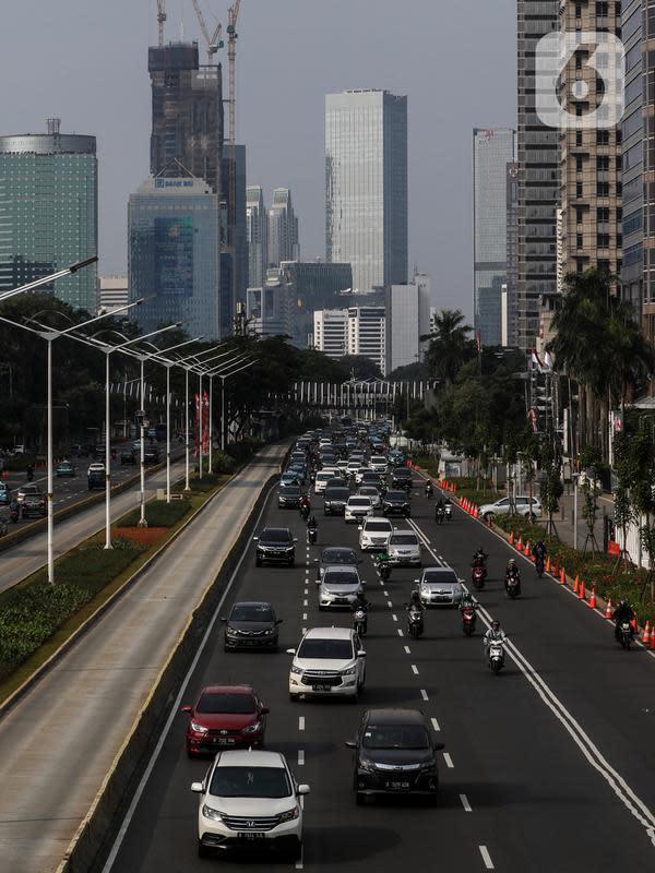 Kendaraan melintas di Jalan Jenderal Sudirman saat hari pertama pemberlakuan ganjil-genap kendaraan di Jakarta, Senin (3/8/2020). Kebijakan ganjil-genap untuk membatasi mobilitas warga dan menghindari adanya penumpukan kendaraan di jalan raya pada masa PSBB transisi. (Liputan6.com/Johan Tallo)