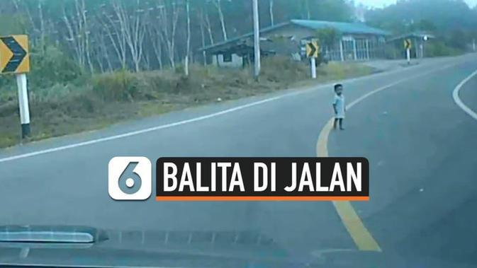 VIDEO: Pengemudi Mobil Syok, Balita Berdiam Diri di Tengah Jalan